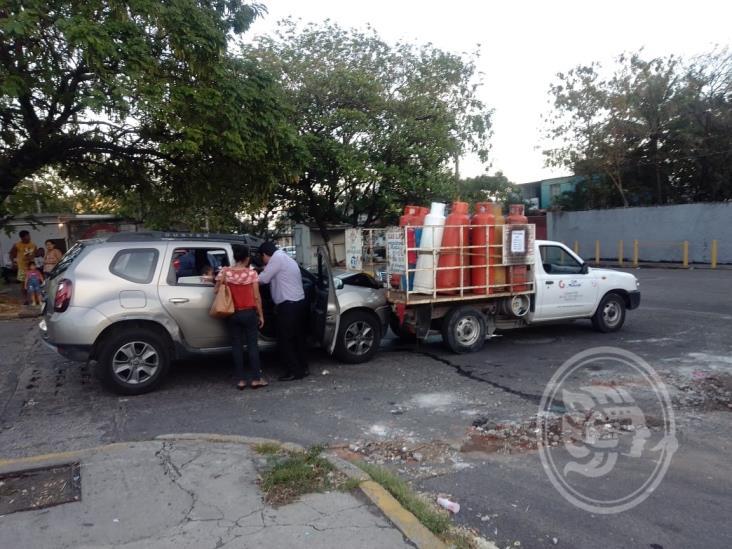 Camioneta particular se impacta con unidad repartidora de gas