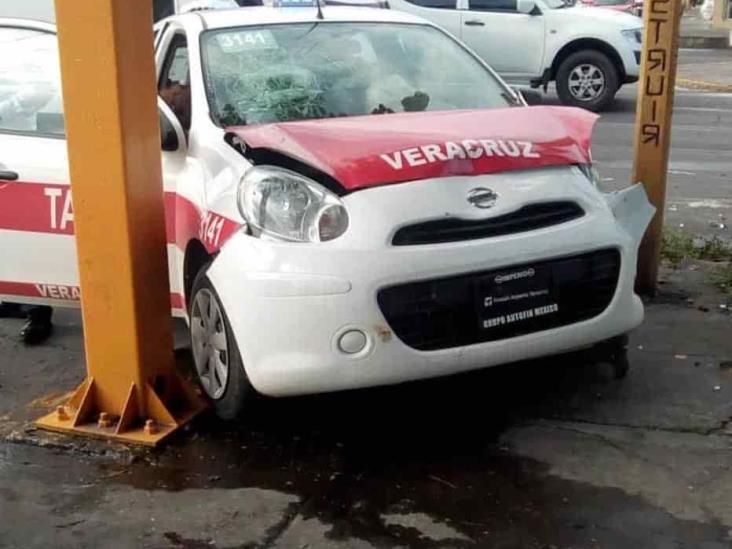 En calles del centro, impacta taxi con automóvil particular